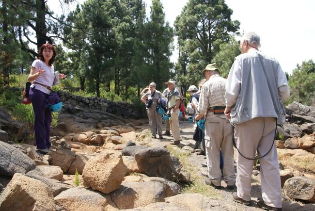 France à gauche explique les formations de lave pahoeoe provenant du Pico Viejo. (Photo : André Laurenti)