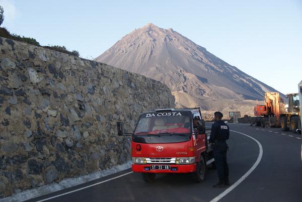 Pendant l'éruption, l'unique accès à la caldeira était contrôlé tous les jours par la police. (Photo : André Laurenti)