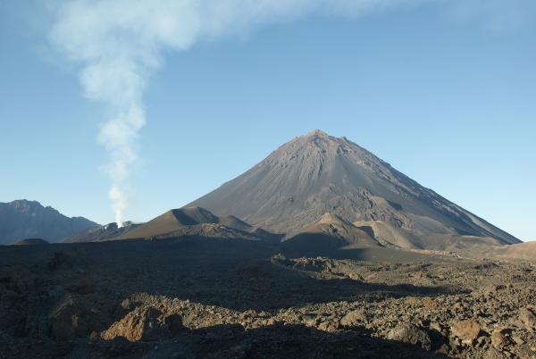 Le Pico Fogo (2 828 m d'altitude) et la boutonnière active située au pied sur le flanc nord-ouest. (Photo : André Laurenti)