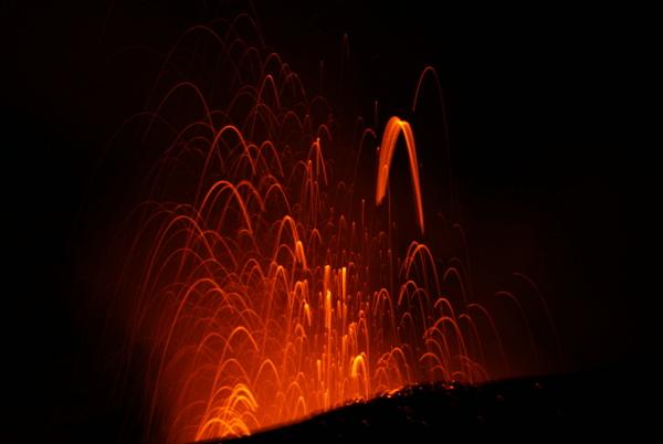Activité strombolienne de la boutonnière observée dans la nuit du 16 au 17 décembre 2014. (Photo : André Laurenti)