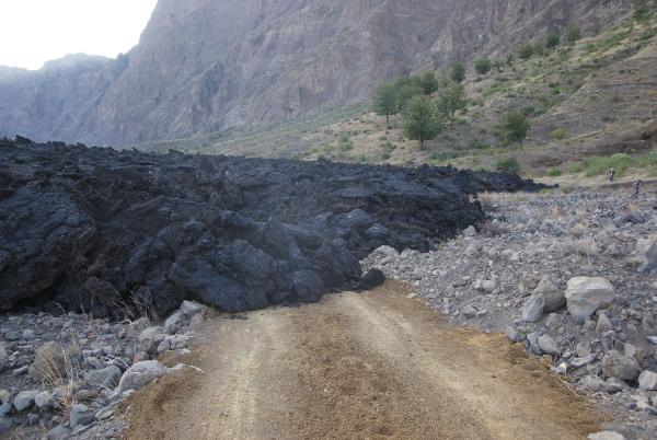 La coulée s'est pétrifiée sur la piste alternative qui permettait d'atteindre le village de Portela. (Photo : André Laurenti)