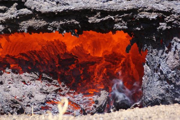 """La lave conserve sa chaleur et sa fluidité en s'écoulant en grande partie dans des tunnels que les spécialistes appellent """"plomberie magmatique"""". L'incandescence apparaît uniquement sur les fronts de coulées. (Photo : André Laurenti)"""