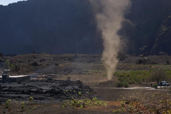 Tourbillon de poussière provoqué par la chaleur au sol dégagée par les coulées de lave. (Photo : André Laurenti)