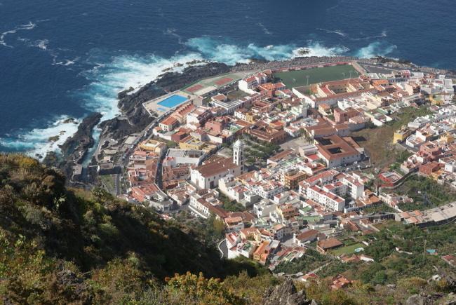"""La petite ville de Garachico et la """"Roque de Garachico"""" en mer. (Photo : André Laurenti)"""