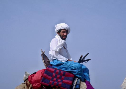 moi même sur nos montures, nous avons fait beaucoup plus de distance à pied qu'à dos de chameau, cela permettait de prendre des photos, mais aussi de se fatiguer pour mieux dormir la nuit. (Photo : Ghislaine Cougnot)