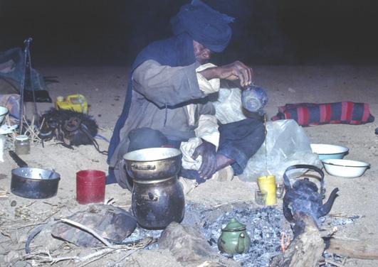La traditionnelle préparation du thé à la menthe. (Photo : André Laurenti)