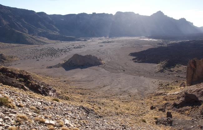 Au centre de la caldeira un îlot de roche ancienne d'un monde disparu. (Photo : André Laurenti)