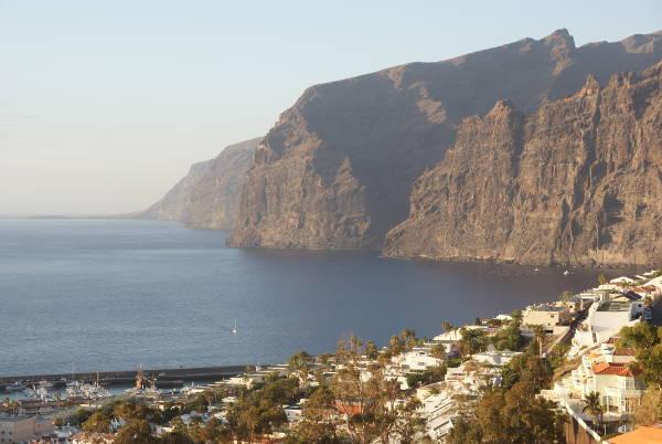 """Puerto Santiago avec en arrière plan les falaises de """"los Gigantes"""" (Photo : André Laurenti)"""