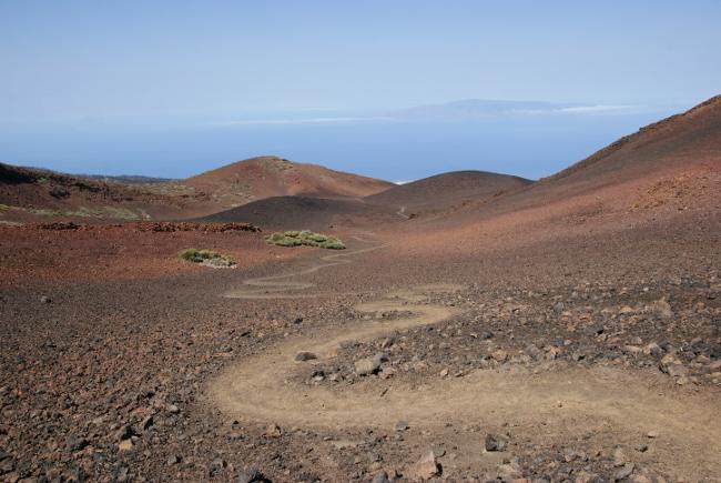 En s'élevant petit à petit le panorama devient sublime, avec au loin l'île de la Gomera. (Photo : André Laurenti)
