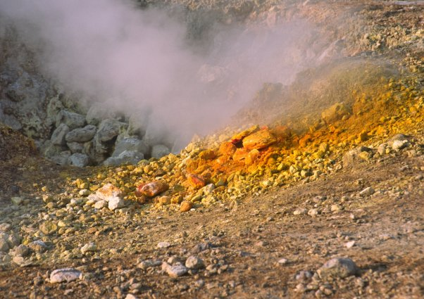 Sur la grande bouche, on peut observer des cristaux oranges de sulfure d'arsenic. (Photo : André Laurenti)