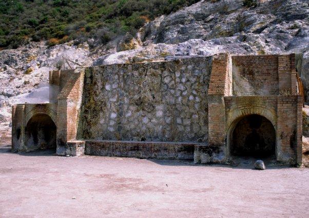 """Les étuves sont en fait l'aménagement de deux anciennes grottes creusées à la fin du XIXe siècle dans la paroi du cratère, pour réaliser des """"sudatoriums"""" naturels. (Photo : André Laurenti)"""