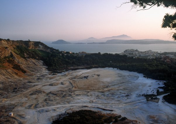 Vue d'ensemble de la Solfatare, un volcan dans la ville. (Photo : André Laurenti)
