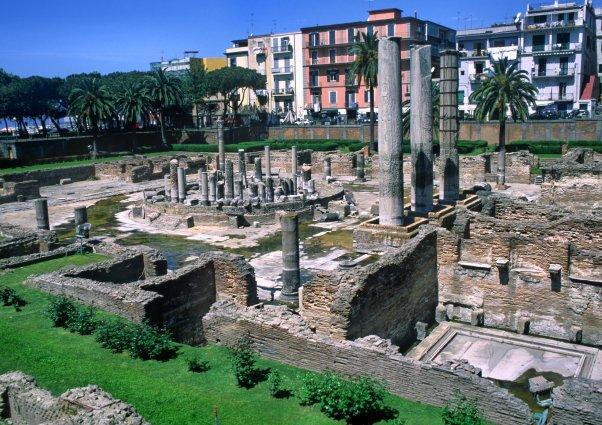 Le temple romain de Serapie date de l'an 2 avant J.C., les taches sombres qu'on observe sur le fut des colonnes jusqu'à une hauteur de 5,80m, est dû à des coquillages qui ont rongé la pierre. A cet endroit, les colonnes étaient immergées. (Photo : André Laurenti)
