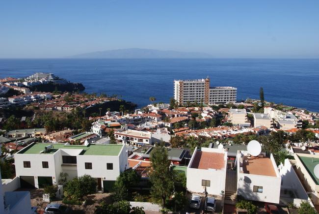 Puerto Santiago et au loin l'île de la Gomera en forme de volcan bouclier. (Photo : André Laurenti)
