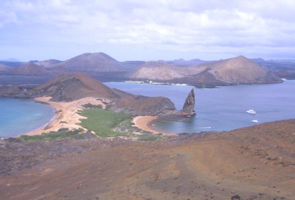 Vue panoramique sur la baie de Sullivan, l'isthme de Bartolomé au premier plan et l'île de San Salvador tout au fond. (Photo : André Laurenti)
