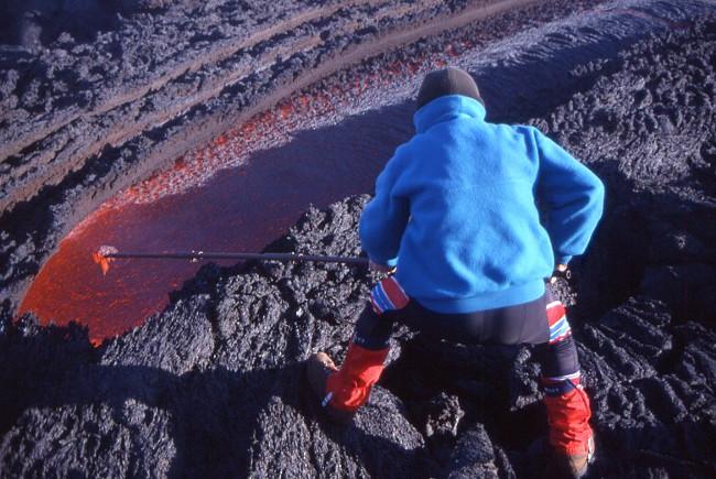 Prélèvement de lave au pied du cratère Sud-Est. (Photo : André Laurenti)