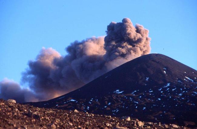 En montant vers le cratère Sud-Est, apparait soudain sur le Nord-Est, un panache de cendres. (Photo : André Laurenti)