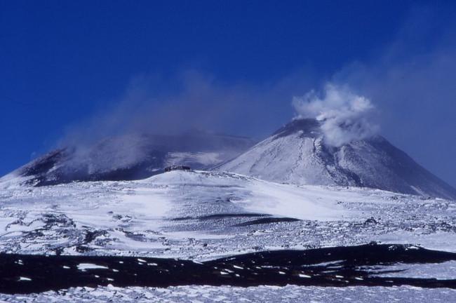 Le cratère Sud-Est fracturé sur son flanc sud. (Photo : André Laurenti)