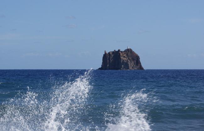 Strombolicchio à 1600 m du rivage de Stromboli. (Photo : André Laurenti)