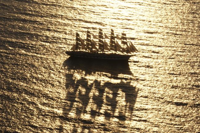 Un navire se positionne pour le spectacle de nuit. (Photo : André Laurenti)