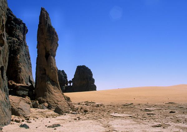 Des statues de pierre gardiennes des lieux. (Photo : André Laurenti)