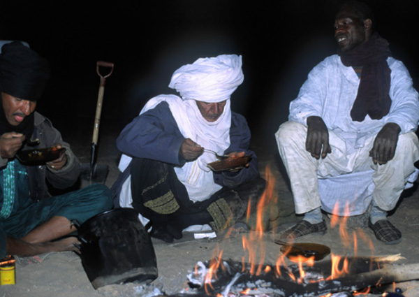 Cheik et Sedik au coin du feu. (Photo : André Laurenti)