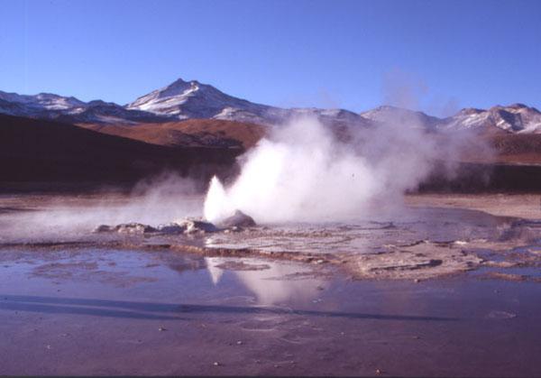 De petits geysers animent ce site saisissant. (Photo : André Laurenti)
