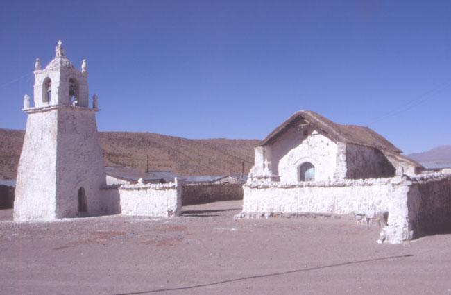 Village de Guallatiri situé au pied du volcan qui porte le même nom. (Photo : André Laurenti)