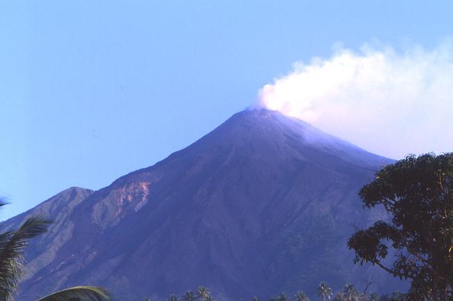 Le volcan Karangetang culmine à 1784 m d'altitude. (Photo : André Laurenti)