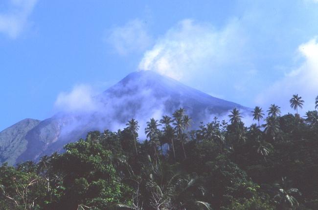 Le volcan depuis la petite ville d'Ulu. (Photo : André Laurenti)