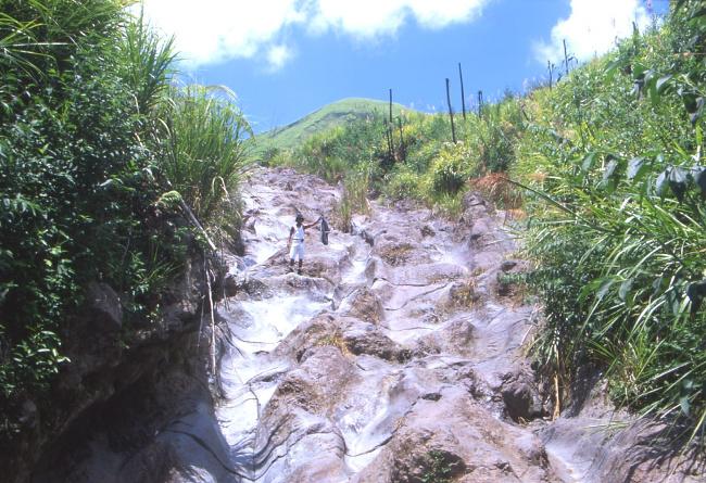 La roche volcanique lissée et polie par le ruissellement de l'eau. (Photo : André Laurenti)