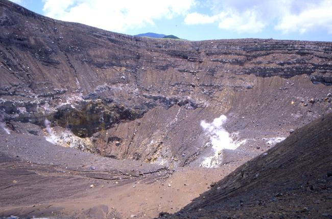 Depuis le bord nous surplombons le cratère et ses fumerolles. (Photo : André Laurenti)