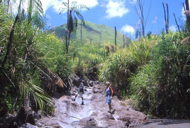 Le vallon asséché seul itinéraire possible pour atteindre le col puis le volcan. (Photo : André Laurenti)