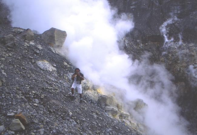 Depuis la terrasse nous surplombons directement le cratère. (Photo : André Laurenti)