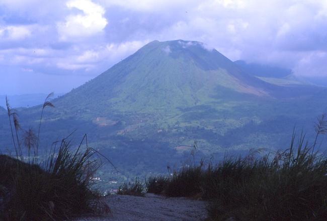 Vers l'ouest le volcan Lokon pris depuis le cratère du Mahawu. (Photo : André Laurenti)