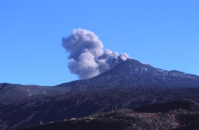 Le panache sur le cratère nord-est m'inquiète car le chemin passe juste dessous. (Photo : André Laurenti)