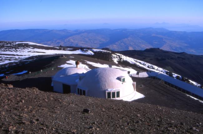 L'observatoire du Pizzi Deneri abandonné, nous passerons la nuit contre ce bâtiment à attendre une éruption qui n'aura pas lieu. (Photo : André Laurenti)