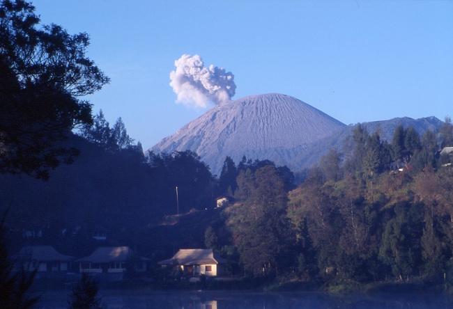 Depuis le village de Ranopani, le géant de Java produit des explosions environ toutes les 20 mn. (Photo : André Laurenti)