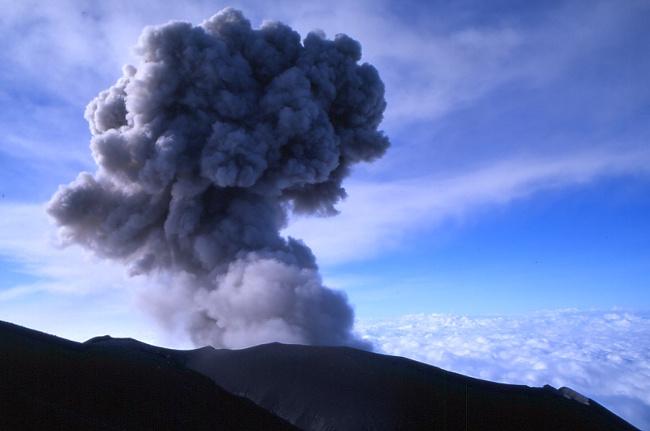 Un champignon de cendres s'élève dans le ciel. (Photo : André Laurenti)