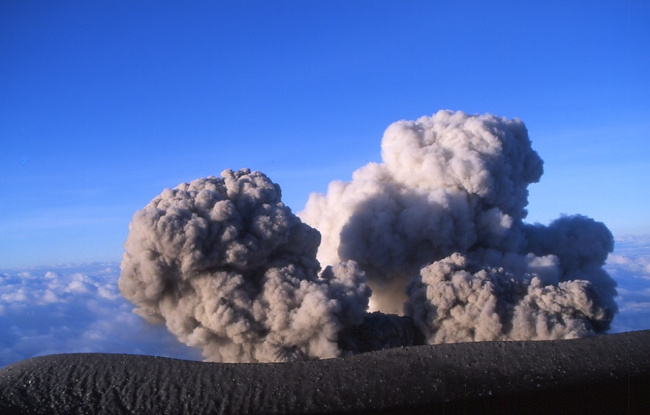 Situé en contrebas, le cratère n'est pas visible et il est bien trop dangereux d'en approcher. (Photo : André Laurenti)