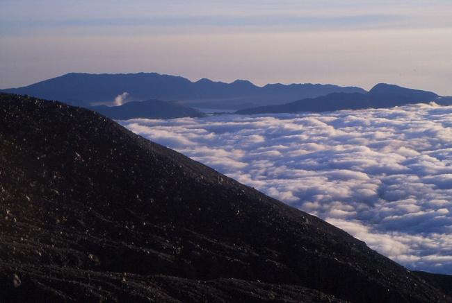 On distingue à gauche le petit panache du volcan Bromo. (Photo : André Laurenti)