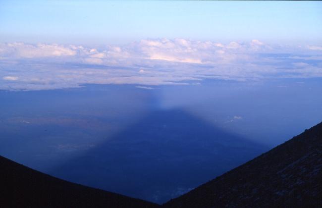 L'ombre de la forme caractéristique des volcans gris. (Photo : André Laurenti)