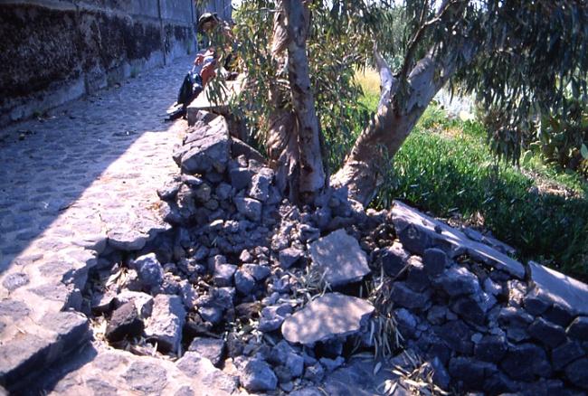 Impact d'une bombe devant le cimetière de Ginostra. (Photo : André Laurenti)