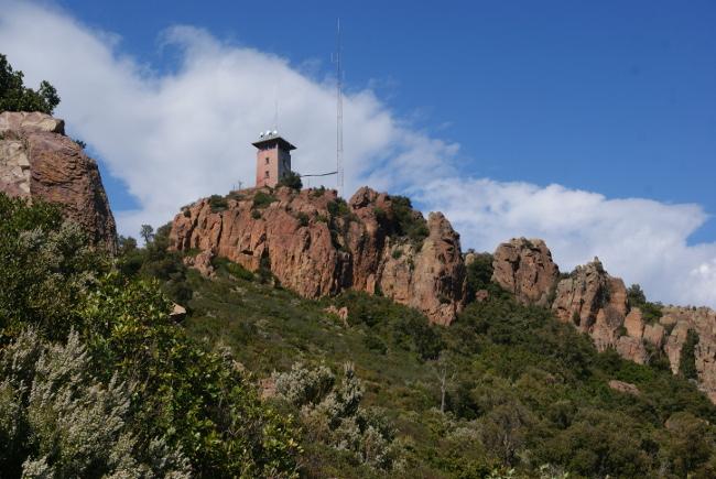 la tour de guet implantée sur le mont Vinaigre sert de poste de surveillance pour les incendies. (Photo : André Laurenti)