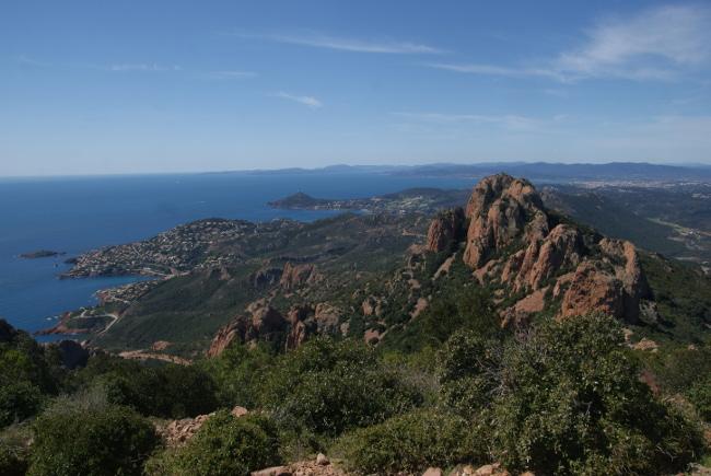 Depuis le pic du Cap Roux (453 m), on embrasse un paysage remarquable de la corniche de l'Estérel jusqu'au delà de Saint-Tropez, mais aussi le massif métamorphique des Maures et les rochers du Saint-Pilon (442 m) au premier plan. (Photo : André Laurenti)