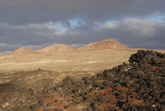 """paysage en direction de Soo depuis mon point de chute """"Caleta Caballo"""" sur la côte nord de l'île. (Photo : André Laurenti)"""
