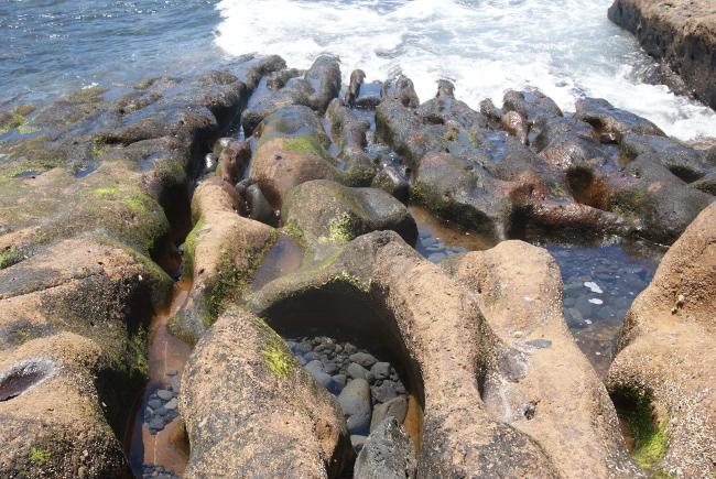 Érosion des roches par les assauts de l'océan. (Photo : André Laurenti)