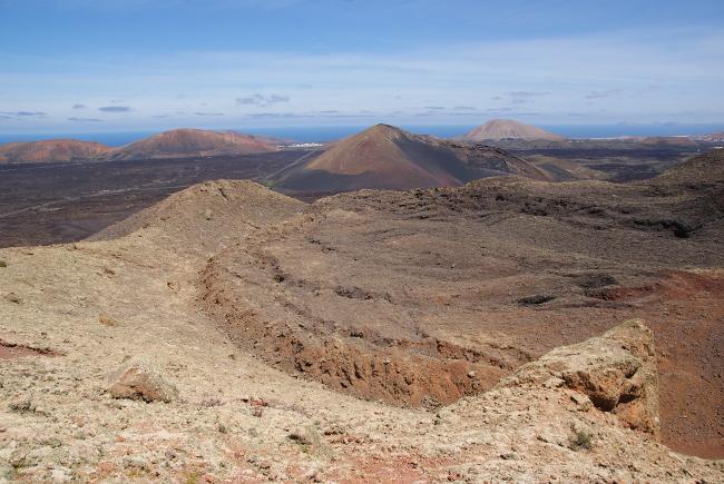 Depuis le haut du cratère on peut voir la lave qui devait former un lac, déborder vers le nord. (Photo : André Laurenti)