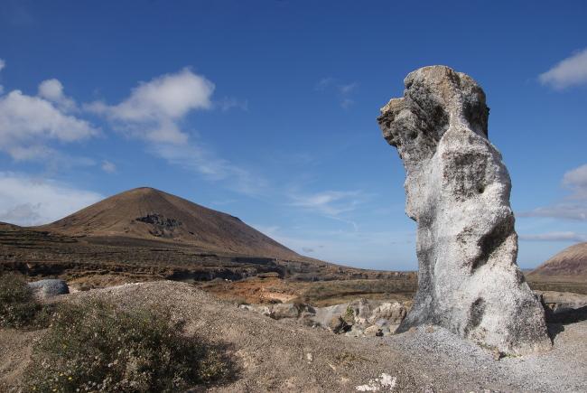 """""""Los Roferos de Guenia"""" et son volcan en arrière plan. (Photo : André Laurenti)"""