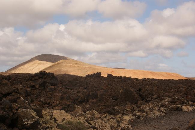 Le premier cône appelé la Caldereta, et en arrière la Caldeira Blanca. (Photo : André Laurenti)
